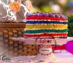 Arco-íris de bolo. Bolo colorido