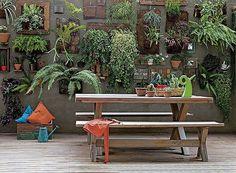 Mesa de Madeira, Jardim Vertical, para decorar sua área de lazer.