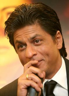 Shahrukh Khan trying to hold that smile in. Sr K, King Of Hearts, Face Photo, Hot Shots, Indian Celebrities, Bollywood Actors, Shahrukh Khan, Award Winner, Movie Stars
