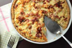 Tarta z kurczakiem i warzywami to sposób na pyszny obiad. Zaletą tart jest to, że można dowolnie komponować składniki, które się na niej znajdą, a co za tym idzie na wykorzystanie resztek z lodówki. Hawaiian Pizza, Cheese, Food, Tarts, Hoods, Meals