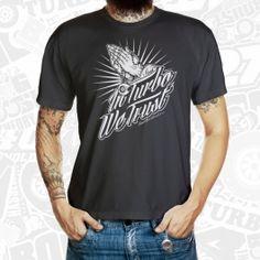 """Ihr habt einen tiefen Glauben an den Ladedruck und trefft euch jeden Sonntag mit eurer Tuning Gemeinde zum gemeinsamen anbeten des heligen Turbos. Dann zeigt es mit unserem neuen """"In Turbo We Trust"""" T-Shirt."""