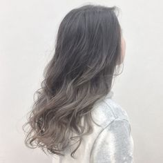 Ashy silver~ When you use Danielle Shaw-Carrier.official no yellow shampoo, if y… - All For Hair Cutes Brunette Hair Cuts, White Blonde Hair, Dyed Blonde Hair, Ombre Hair Color, Cool Hair Color, Shot Hair Styles, Curly Hair Styles, Charcoal Hair, No Yellow Shampoo