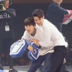 The competitiveness is real !! 😂  Well except for kai , he just gave up protecting his pillows, i think it's coz soo was protecting the box this time around instead of pcy 😆 he lowkey let the opposite team win 😅 . . Coming over dvd , exochannel cut . . 161206 #exo#exok#exom#exoL#suho#baekhyun#kai#sehun#kyungsoo#chen#xiumin#yixing#chanyeol#dyo#jongdae#minseok#jongin#exovideo#glamexovideo#exoin2016#exoupdate#exocomeback2016 @baekhyunee_exo @real__pcy @oohsehun @zyxzjs #exo160503…