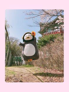 펭수 배경화면 펭수짤 모음 : 네이버 블로그 Disney Wallpaper, Iphone Wallpaper, Emoticon, Aesthetic Art, Feng Shui, Cute Wallpapers, Beautiful Images, Someone Like Me, Funny Memes