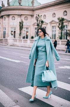 Monochrome outfit for a modern and elegant winter look - Mode Monochrome, Monochrome Outfit, Monochrome Fashion, Mode Chic, Mode Style, Mode Outfits, Fashion Outfits, Style Fashion, Blue Fashion