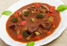 Bravčové v kotlíku Spanish Food, Relleno, Pot Roast, Beef, Ethnic Recipes, Heart, Circuit, Red Peppers, Carne Asada