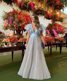 La imagen puede contener: una o varias personas, personas de pie y flor Backless Prom Dresses, Bridesmaid Dresses, Wedding Dresses, Blue Bridesmaids, Trumpet Gown, Light Blue Dresses, Church Ceremony, Evening Dresses, Formal Dresses