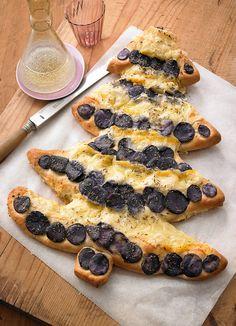 Italienisches Fladenbrot mit blauen Kartoffeln in Tannenbaumoptik