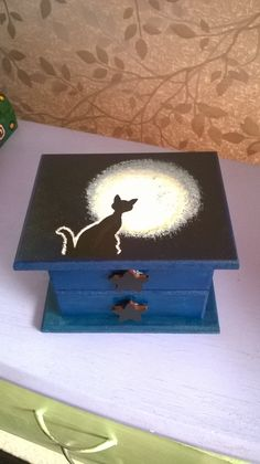 caja de madera pintada a mano Wood Etching, Witch Spell Book, Painted Wooden Boxes, Boxes And Bows, Wiccan Crafts, Decoupage Box, Pintura Country, Country Paintings, Altered Boxes