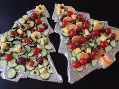 kerstdiner op school! (door de kinderen zelf versierd) School's X-mas diner: Christmas tree cucumber, tomato, fruit