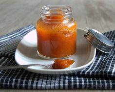 I august og september, når alle de smukke og velduftende, lyserøde hybenroser har forvandlet sig til store, orange-røde frugter, er det tid til at lave hybenmarmelade. Hybenmarmelade er vist ikke længere så brugt, som det har været, men det smager fuldstændig fantastisk, er fyldt med c-vitaminerog så må man heller ikke glemme hyggen ved at …