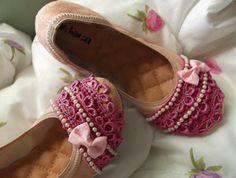 Transforme em instantes através da customização sua sapatilha usando itens delicados e femininos.