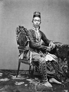 "sisterwolf: "" The son of Sultan Hamengkubuwana VI of Yogyakarta [Java], 1870 "" Old Photos, Vintage Photos, History Taking, Indonesian Art, Dutch East Indies, Age Of Empires, Photographs Of People, Yogyakarta, Historical Pictures"