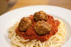 """spaghetti med linse- og nøtteboller""  #meatless Meatball, Meatless Monday, Comfort Foods, Lentils, Food Inspiration, Mad, Spaghetti, Vegetarian, Pasta"