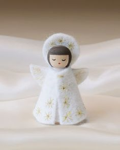 Felt Angel bloom here: Making Peg Dolls Wood Peg Dolls, Clothespin Dolls, Xmas Crafts, Crafts For Kids, Felt Angel, Worry Dolls, Felt Christmas Decorations, Theme Noel, Christmas Angels