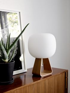 Contemporary yet timeless, the lamp conveys a calm and minimalist feel.