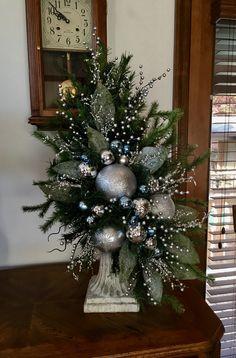 deco uden lys - New Ideas Christmas Flower Decorations, Christmas Flower Arrangements, Christmas Planters, Christmas Swags, Christmas Flowers, Christmas Centerpieces, Christmas Diy, Deco Floral, Crafts