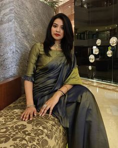 Sarees are like Indian women – so versatile. From business meetings to festivities, from political speeches to red carpets,… Cotton Saree Blouse Designs, Wedding Saree Blouse Designs, Fancy Blouse Designs, Blouse Patterns, Stylish Blouse Design, Blouse Models, Stylish Sarees, Saree Look, Elegant Saree