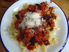 Pasta con Berenjena, Calabacín, Tomate, Puré de tomate ( enlatado) Basilicum fresco ....
