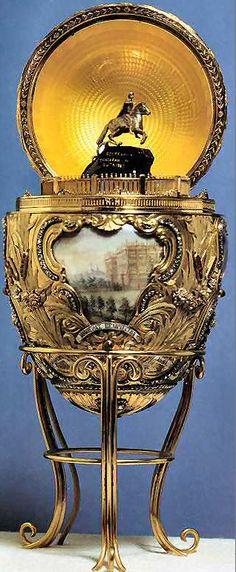 28 (1903) Het Peter de Grote ei. Goud, diamanten, robijnen, ivoor en email. De surprise is een miniatuur van het standbeeld van Peter de Grote in St. Petersburg.
