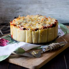 receta paso a paso de elaboración de tarta paccheri rellena de carne picada y chorizo ibérico aderezada con tomate seco en aceite de oliva y quesos variados.