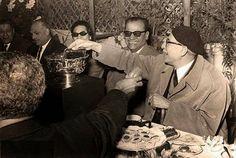نجيب محفوظ يحتفل بعيد ميلاده وسط توفيق الحكيم وام كلثوم الصورة سنة 1961