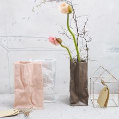 Verspielte Vase aus Porzelan: die Tütenvase von Rosenthal ist ein zeitloses Designstück.