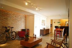 Apartamento com parede de tijolos aparentes estão ligados à uma decoração descontraída e charmosa com a mistura do rústico e retro trouxe um toque de aconchego ao ambiente.