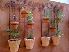 Resultado de imagen para arranjo de flores em ferro para varanda