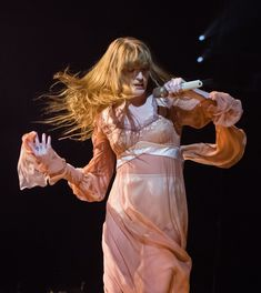 Florence + the Machine performing at the Arena in London Bohemian Stores, Florence Welch Style, Pretty People, Beautiful People, Fashion Show Themes, Florence The Machines, Brown Aesthetic, Diane Keaton, Lorde