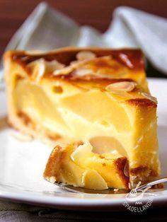 La Torta di pere che vi proponiamo è un dolce da forno molto versatile: ideale come fine pasto goloso può diventare anche un dessert raffinato ed elegante.