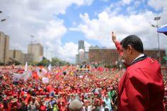 """LA #TOMADECARACAS FUE CHAVISTA: MILES DE VENEZOLANOS SALIERON EN APOYO DE MADURO    Venezuela marchó en paz en defensa de la Revolución Bolivariana El presidente Nicolás Maduro destacó que el pueblo venezolano derrotó la intentona golpista de la derecha.El presidente de Venezuela Nicolás Maduro lideró la concentración del pueblo venezolano que salió este jueves a las calles de la capital a defender la paz y la soberanía del país ante la """"Toma de Caracas"""" promovida por la oposición de ese…"""