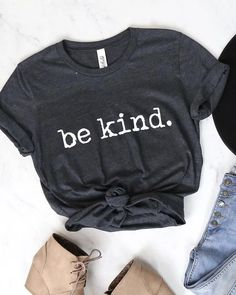 Distracted Be Kind. Graphic Tee Dark Charcoal Grey - Kind Shirt - Ideas of Kind Shirt - Graphic T Shirts, Graphic Tee Outfits, Graphic Tee Style, Love Shirt, T Shirt Diy, Be Kind Shirt, Shirt Refashion, Tees Graphiques, Tumblr Shirt