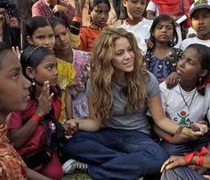 -Fundación Pies Descalzos Shakira crea la Fundación tras su primer éxito internacional y le da el mismo nombre a su proyecto filantrópico, nacido de sus recuerdos cuando conoció las condiciones de pobreza .Shakira fue nombrada Embajadora de buena voluntad de UNICEF.La Fundación inició su trabajo en un programa masivo de nutrición para los niños y niñas de las zonas marginadas y de comunidades desplazadas en Colombia. Bob Marley, Little People, Movie Tv, Lifestyle, My Love, Celebrities, Geography, Happy, Be Nice