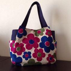 レトロな大きな花柄のかわいいバッグです。ポケットが外はサイドに2つ。中には4つあります。サイドのポケットにはペットボトルが入ります。ポケットが多いので、とても...|ハンドメイド、手作り、手仕事品の通販・販売・購入ならCreema。