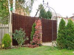 Der Weidenzaun Natur ist ein klassischer Flechtzaun aus ungeschälten Weidenruten ideal für die naturnahe Gartengestaltung. Die schlanken Weidenruten ( Ø 0,5-1 cm) sind im Wechsel um Haselnussstäbe geflochten und um die Randstreben herumgebogen. Die biegsame Weide bildet ein feines elastisches Geflecht in warmen Rot- und dunklen Brauntönen, das gut vor neugierigen Blicken schützt und naturnahe Grundstücksgrenzen gestaltet. Natural Landscaping, Fence Screening, Willow Branches, Buy Cheap, Wicker, Outdoor Structures, Landscape, Nature, Stuff To Buy