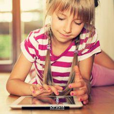 """A muchos padres les preocupa la insistencia de sus hijos pequeños en usar los dispositivos digitales, en que pasen mucho rato frente a una pantalla y """"desconecten"""" del mundo real. Pero lo que de verdad demuestran es una gran facilidad para desenvolverse con ellos, con los móviles y tablets."""