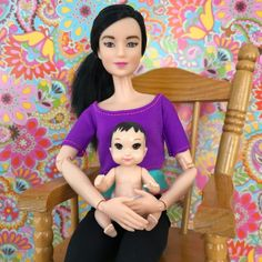 Asian Barbie mother and baby in chair. Barbie Bebe, Barbie Kids, Baby Barbie, Barbie Doll House, Barbie Dolls, Bride Of Frankenstein Costume, Barbie Happy Family, Baby Float, Barbie Fashionista Dolls