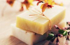 Δείτε πώς μπορείτε να φτιάξετε μόνοι σας το δικό σας σπιτικό σαπούνι από βότανα για φυσική περιποίηση των ερεθισμένων και ταλαιπωρημένων χεριών. Face Hair, Perfume Oils, Home Made Soap, Wax Melts, Soap Making, Natural Skin Care, Diy And Crafts, Homemade, Fruit