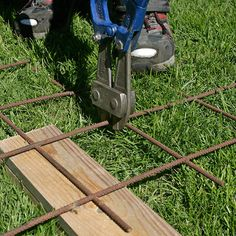 Slik lager du en blomstrende gjerde - viivilla.no Wrought Iron Fences, Backyard Landscaping, Weed, Outdoor Power Equipment, Outdoors, Landscape, Gardening, Gardens, Garden Landscaping