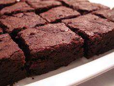 Le ricette perfette: Brownies  Ingredienti  150g di cioccolato fondente  100 g di burro  100 g di farina  150g di zucchero a velo  20g di cacao amaro  2 uova  1 pizzico di sale  (50 g di nocciole)