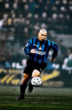 BALON D'OR: Ronaldo Luis Nazario de Lima, with Internazionale of Milan, c. 1995 Best Football Players, Sport Football, Soccer Players, Ronaldo Inter, Ronaldo 9, History Of Soccer, Team Photography, Football Wallpaper, Sports Pictures