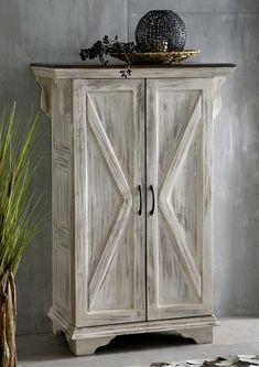 Schrank der Serie CASTLE ANTIK. Mit weißem Wachs behandeltes Mangoholz bildet einen wunderschönen Kontrast zu dunkel lackierter Akazie. #möbel #möbelstücke  #wohnzimmer  #holz #echtholz #massivholz #wood #wooddesign #woodwork #homeinterior #interiordesign #homedecor #decor #einrichtung #furniture #storage #livingroom #livingroomideas #ideas #märchen #fairytale #kolonialstil #schrank #wardrobe #wohnzimmerschrank #schraenke #massivmoebel24 #mango #akazie