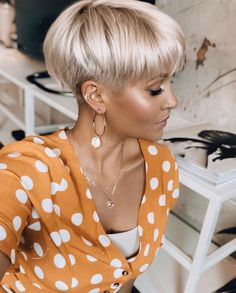Top 15 der schönsten und einzigartigsten Frauen kurze Frisuren 2020 Fotos) Los 15 peinados cortos más hermosos y únicos Pixie Haircut For Thick Hair, Funky Short Hair, Short Grey Hair, Cute Hairstyles For Short Hair, Short Blonde, Short Hair Cuts For Women, Easy Hairstyles, Short Hair Styles, Edgy Short Haircuts