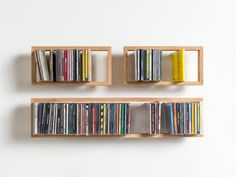 das kleine b (b)cd - Schwebende CDs? Das geht natürlich auch. Passend zum Regal b gibt es nun auch das Regal für CDs. Eingelassene Edelstahlwinkel halten das Regal an der Wand, aber das kann man erst sehen, wenn es ganz leer ist. Aus heimischer Eiche und Edelstahl in Hamburg gefertigt.