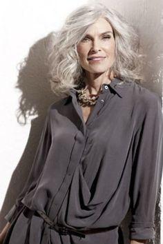 Cheveux gris : 40 coiffures qui ne font pas mamie
