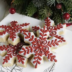 ▷ Christmas cookie decorating ideas to impress everyone with snowflake shaped cookies, with red and white icing, christmas cookie icing, placed on white plate, silver sugar pearls on top Christmas Cookie Icing, Christmas Tree Cookies, Holiday Cookies, Star Cookies, Fancy Cookies, Iced Cookies, Snowflake Cookies, Holiday Baking, Christmas Baking