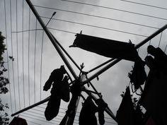 Dag 1 van #Synchroonkijken 2015. Opdracht: fotografeer licht. Mijn foto: zwarte was aan de waslijn, onder een donkere, Utrechtse lucht. Ook meedoen? Meld je dan aan via de site http://elsekramer.nl/2015-synchroonkijken
