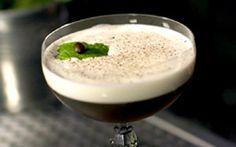 Drinque 'Aroma' é preparado com rum, licor de café e leite de coco. Veja como fazer o coquetel. VÍDEO.