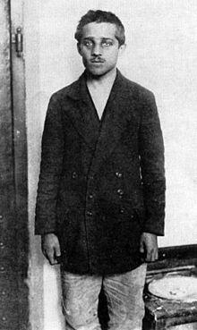 """Gavrilo Princip, hij voegde zich bij de geheime Bosnisch-Servische nationalistische beweging. Hij wilde ook het leger in, maar werd afgewezen met de woorden ''Je bent te klein en te zwak! Ga naar huis voor ik je in elkaar sla!"""" . Hij was dus heel erg vernederd en daardoor had hij zichzelf voorgenomen ook een daad te doen, en dat heeft hij gedaan. Op 28 juni 2014 schoot hij de prins van Oostenrijk en zijn vrouw neer, wat de directe aanleiding voor de eerste wereldoorlog was."""